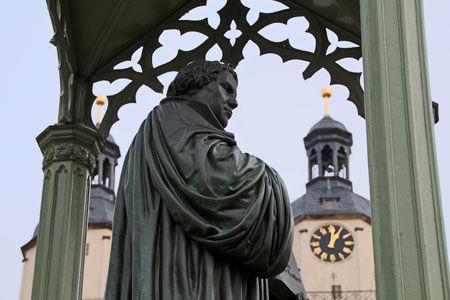 Wittenberg Stadtkirche mit Lutherdenkmal